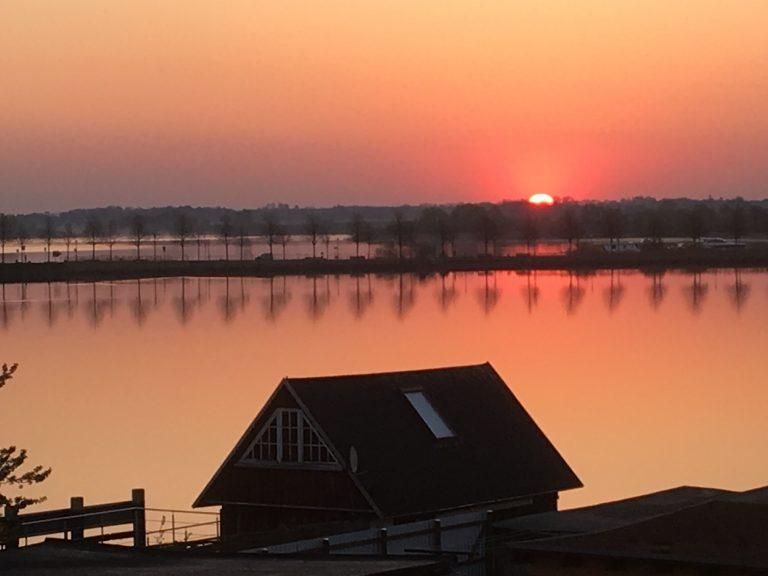 Sonnenaufgang über dem Erddamm in Malchow