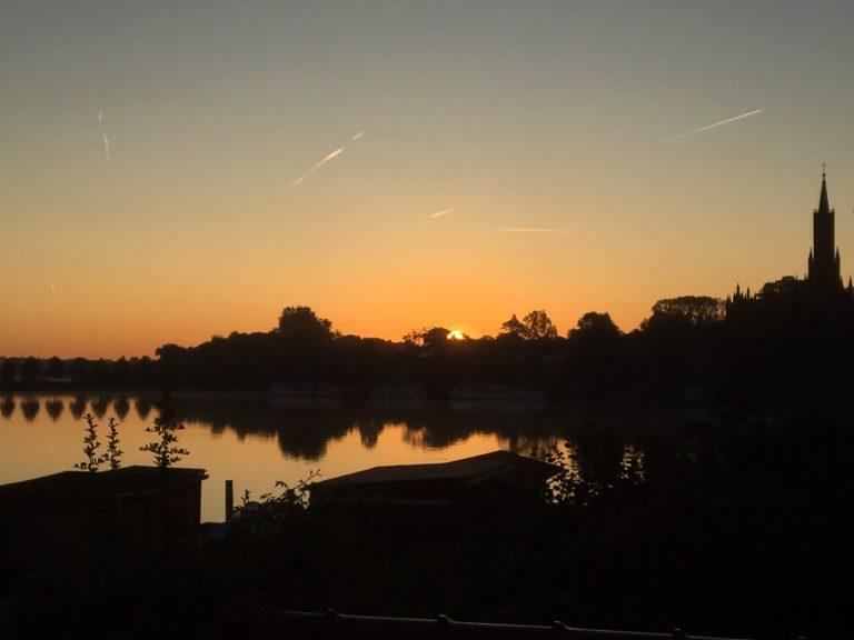 Sonnenaufgang überm Kloster
